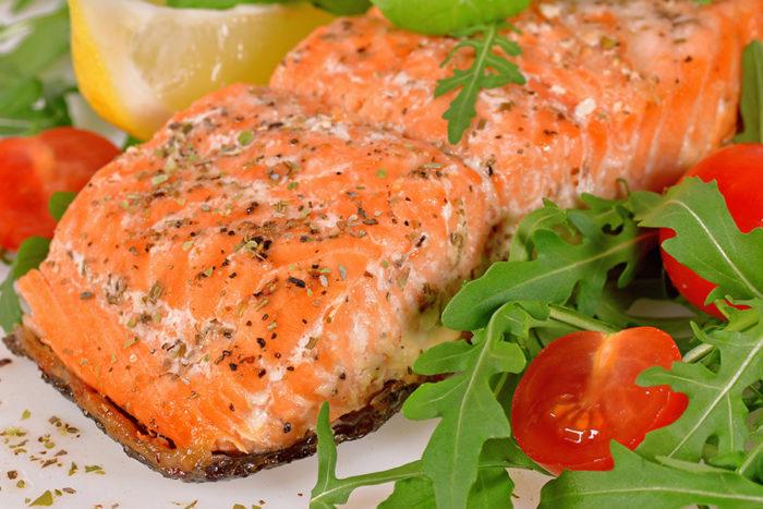Flax med lax. Håll förkylningarna borta genom att stärka ditt immunförsvar. Det gör du bland annat genom att äta lax, som innehåller bra fettsyror och D-vitamin. Bild: Shutterstock