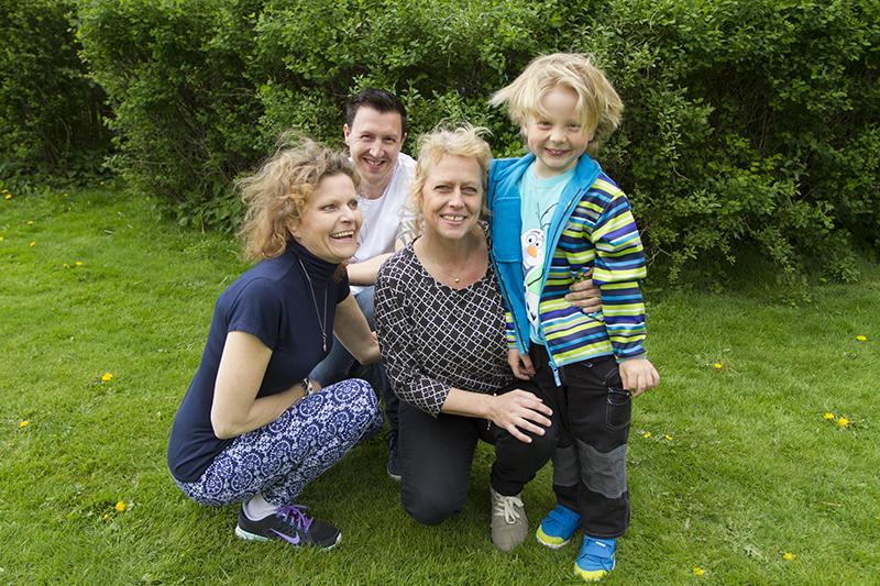 Jonathans mamma och pappa Gunilla och Mark är tacksamma för att Helena Andersson reagerade då hon upptäckte Jonathan ensam ute i trafiken.