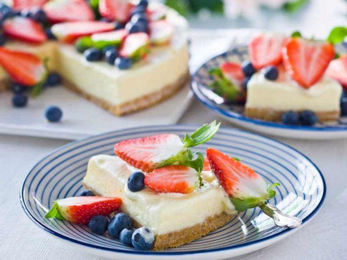 fryst-cheesecake-med-blåbär-och-jordgubbar