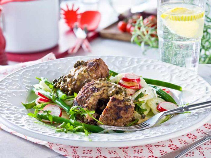 fyllda-färsbiffar-med-grönpepparsås-recept
