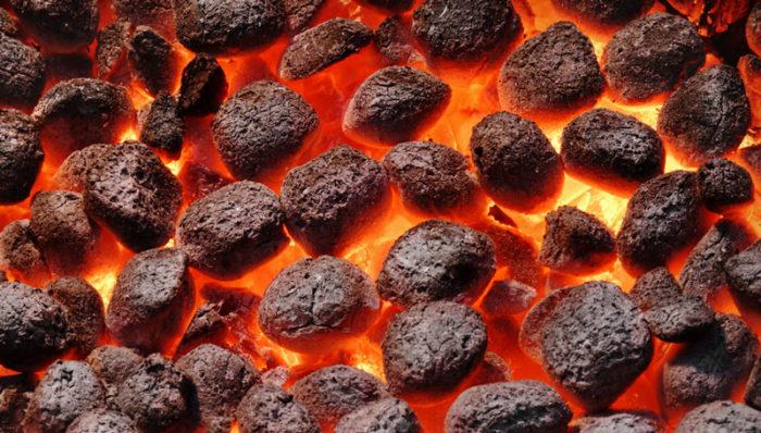 Öppna flammor, röd glöd eller grå hetta. Det finns tumregler för när glöden är bäst. Foto: IBL Bildbyrå