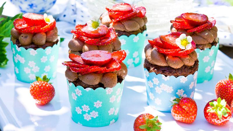 Följ det enkla receptet och få 18 härliga chokladmuffins med jordgubbar!