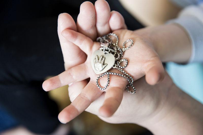Minnet av Freyas tvillingsyster Kirsty lever kvar. Och hennes handavtryck finns i silver.