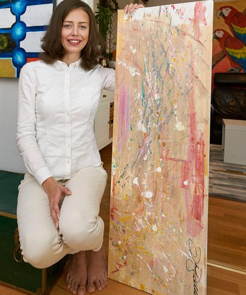 De fyra första månaderna i frihet vågade Dorota inte gå ut ensam. För att fördriva tiden tog hon upp intresset för att måla. 2015 ställde hon för första gången ut tavlor.