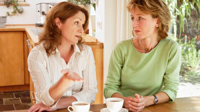Att berätta om sina problem för sina vänner är naturligt, men det finns anledning att tänka till kring vilka detaljer man delar med sig av. Bild: IBL Bildbyrå