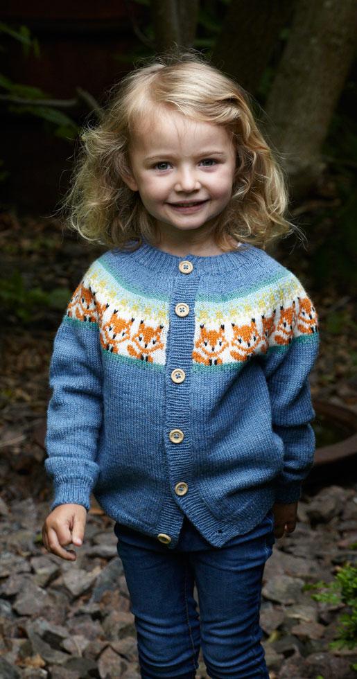 Listiga rävar på rad i en mönstrad kofta till liten tjej eller kille, garnkostnad i stl 6 år, ca 480 kr.