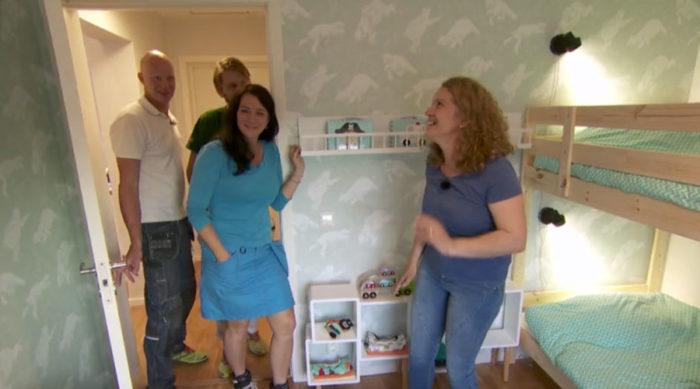 """Teamet från """"Sofias änglar"""" visar Senada runt i hennes nya hus."""