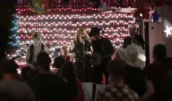 """Jill Johnson och Dregen uppträder med låten """"Oxycontin blues"""" av Steve Earle. Bild: SVT"""