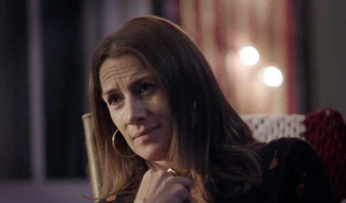 Jill blir berörd över Dregens berättelse om när hans pappa tog livet av sig. Bild: SVT