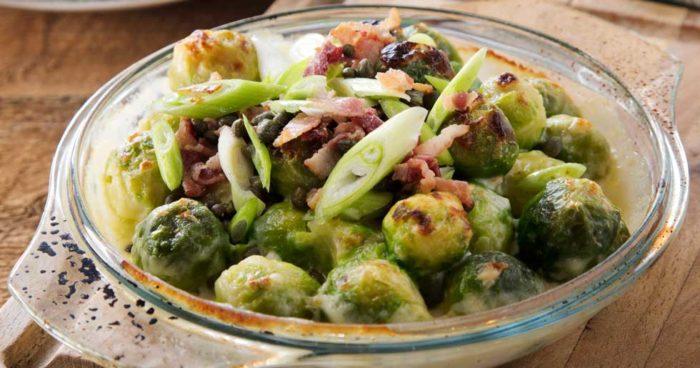 Gratinerad broccoli med bacon, salladslök och kapris.