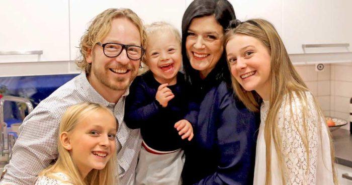 Adelina omringad av sin familj: Systern Bea, pappa Niclas, mamma Linda och syster Louise.