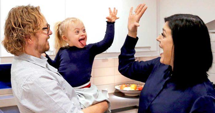 Lilla solstrålen Adelina busar i köket med pappa Niclas och mamma Linda.