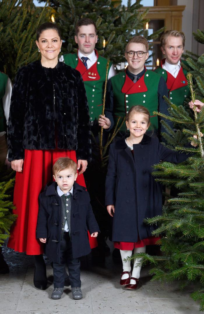 Varje jul väljer kronprinsessan Victoria gran vid Stockholms slott.