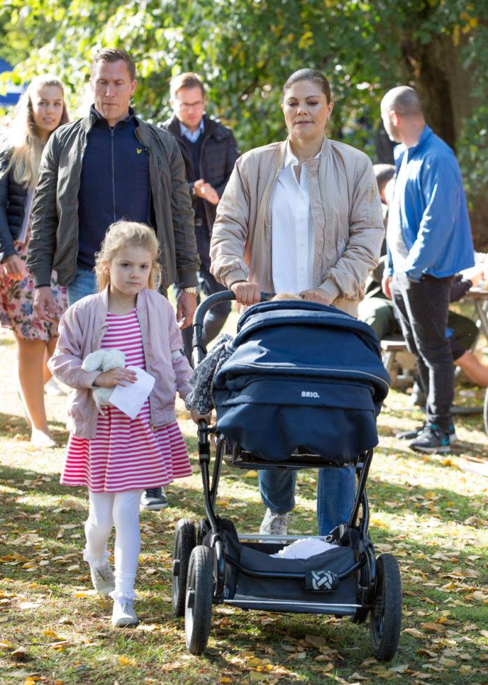 Victoria och dottern Estelle tar en barnvagnspromenad med prins Oscar.