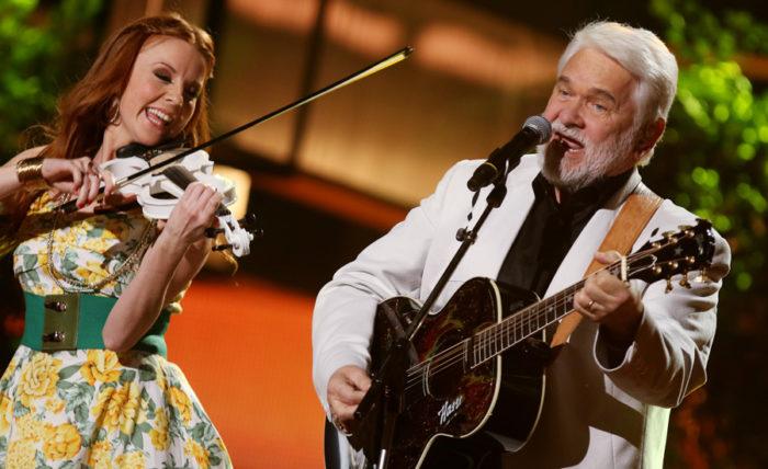 """Hasse Andersson och violinisten Jannike Stenlund med den populära """"Guld och gröna skogar"""" på Melodifestivalen 2015. Bild: IBL"""