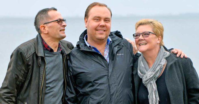 Mattias tillsammans med sina föräldrar Helén och Jan.
