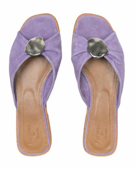 Ett par snygga skor lyfter den enklaste outfit och just nu känns lila helt rätt! Flattered har denna supersnygga, platta slip-in i mocka.