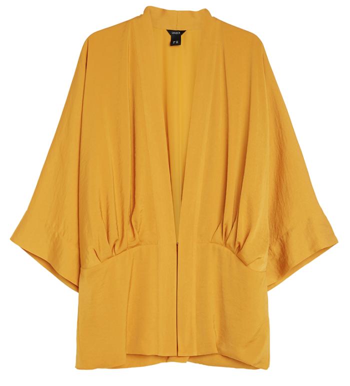 Vi älskar den gula färgen på den eleganta kimonon från Lindex. Snyggt draperad i vintagestil passar den både över t-shirt och fest topp.
