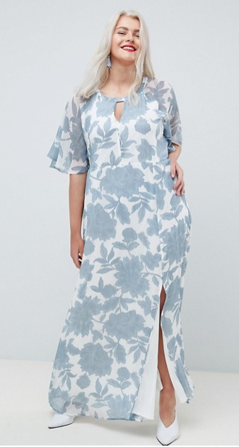 Vackert blekblå blommor på klänningen med slits och volangärm från Junarose. Snyggt att matcha med rött läppstift.