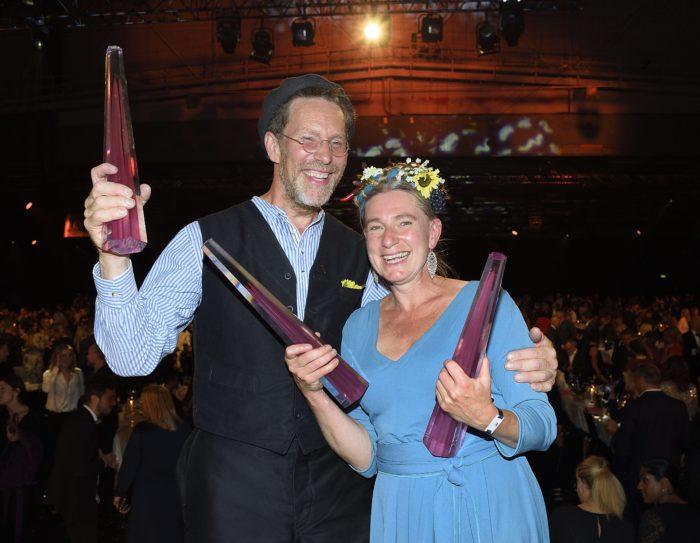 """Paret Mandelmann tar emot tv-priset kristallen för sitt program """"Mandelmans Gård"""""""