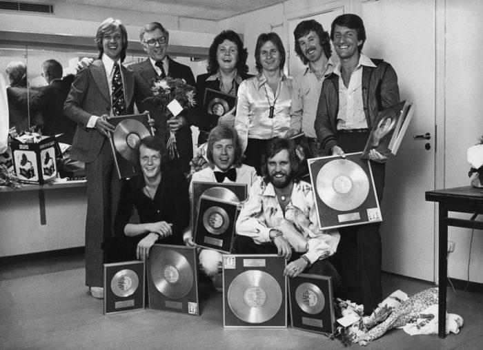 BJÖRN SKIFS och Bengt Palmers med Blåblus får guldskivor 1975 musiker bla Michael Areklew, Ladislav Balaz, Tommy och Anders Berglund.Heinke Ekestubbe, Janne Guldbäck samt Bo Liljedahl