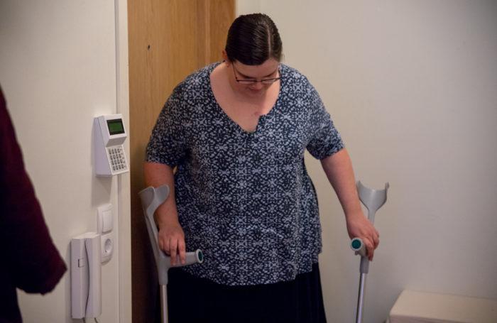 Erika Drewke lever med MS och behöver krycka när hon går ut