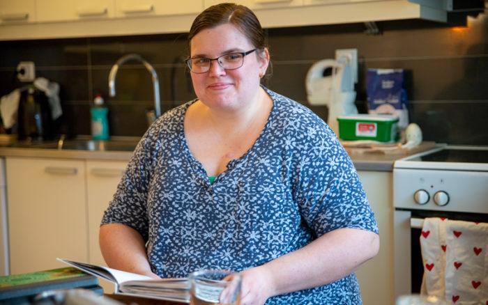 Erika Drewke lever med MS och läser ofta i sina må-bra böcker