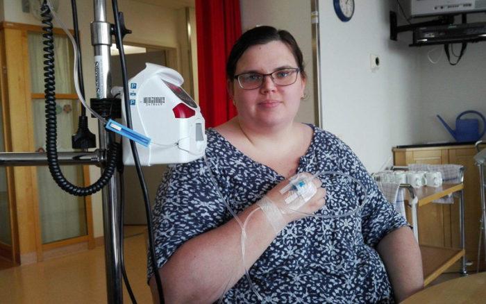 Varje behandling tar två och en halv timme för Erika Drewke som lever med MS.