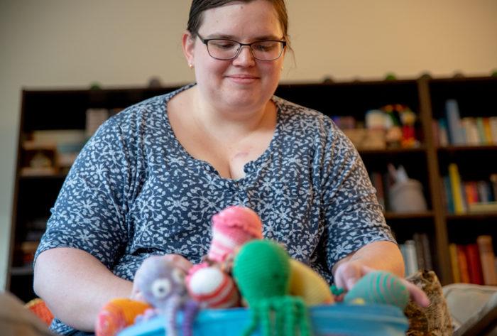 Erika Drewke lever med MS och skickar virkade bläckfiskar till sjukhus neonatalavdelningar