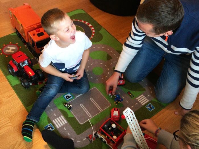 Theo Stenlundh leker med brandbilen tillsammans med pappa Patrik Stenlundh och mamma Emelie Stenlundh. Diabtetes typ 1, barn.