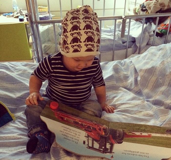 Theo Stenlundh när han är på sjukhuset och precis har fått diagnosen diabetes typ 1.