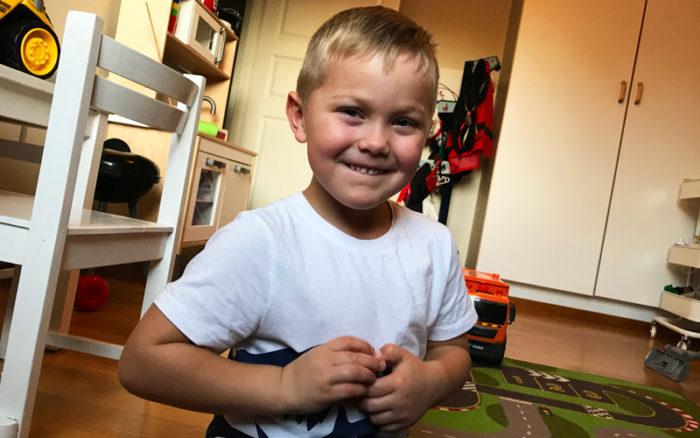 Theo Stenlundh älskar att leka. Han har diabetes typ 1 och sedan han var barn.