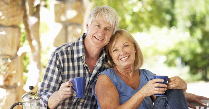 Man och kvinna ler mot kameran