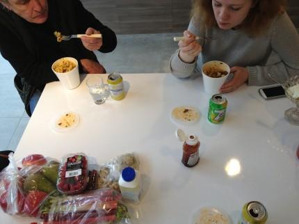 Äter snabb lunch i ett organiserat kaos ur finfina förpackningar...