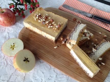 Glutenfri cheesecake med äpple och hasselnöt