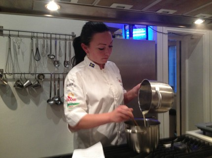 Lina Olsén kokar kolasås.
