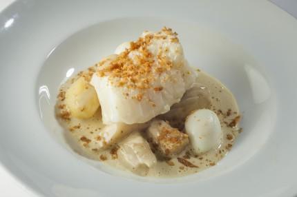 """Stefan Karlssons recept: """"White food"""". Rimmad skrei med krämig sås på blåmusslor och ostron samt ansjovisglacerade vita rotfrukter. Smörstekta brödsmulor. Vaktelägg."""