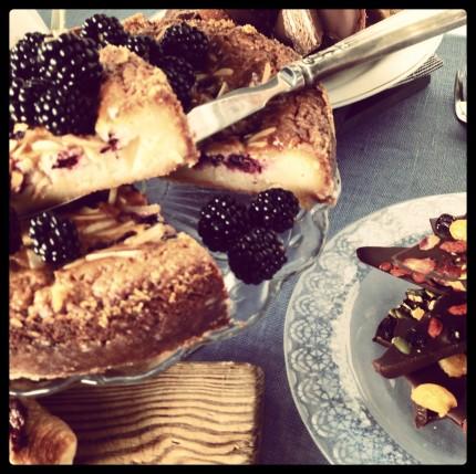 Vit chokladkladdkaka med björnbär. Mmm...