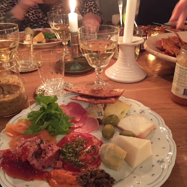 Adventsmaten bestod av plockmat såsom ost från Vilhelmsdal, lax, kallskuret och de bästa kexen från Mörsjödal.