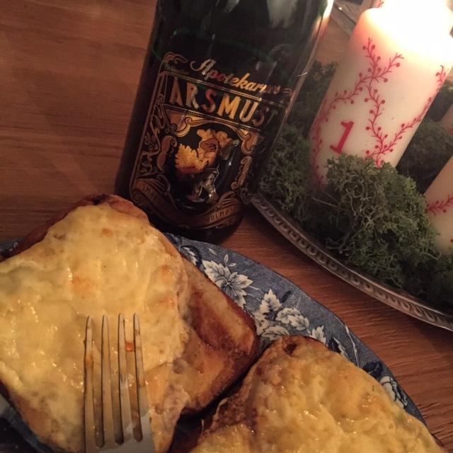 Första advent! Julmust och ostmacka.