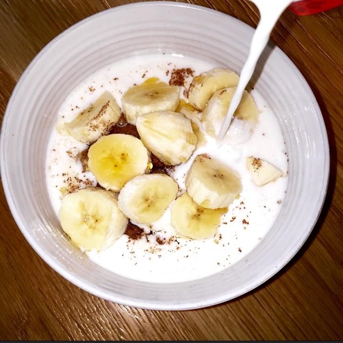 Havregrynsgröt med kanel, mjölk och banan.