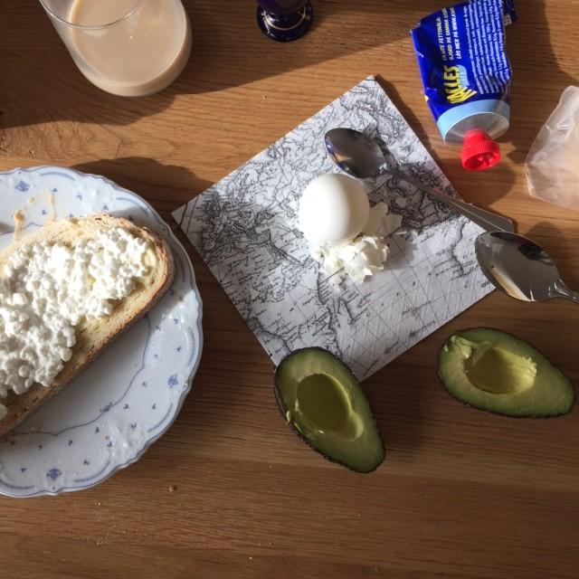 En svennefrukost, ägg, keso, kaviar. Avocadon är lite lyxigt kanske.