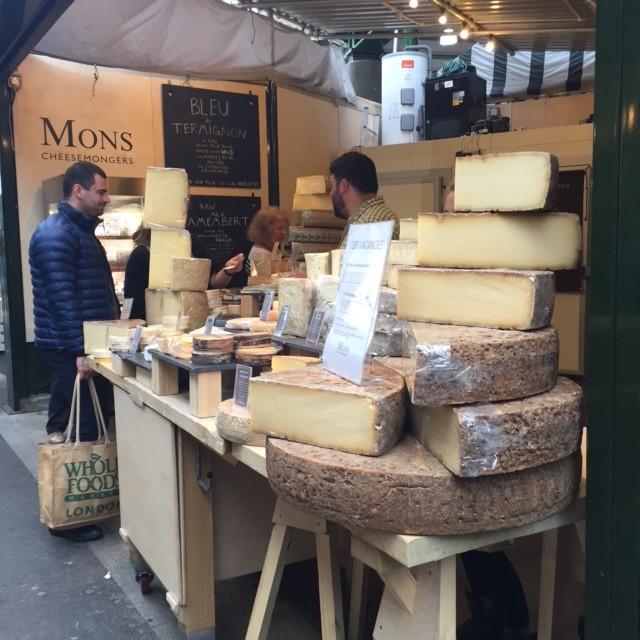 Ost, ost, ost, ost! Himmelriket! Där var många som sålde ost. Köpte hem från två olika ställen.