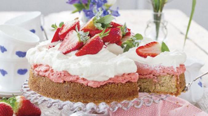 midsommartårta med fläder. recept hittar du på Allers hemsida.