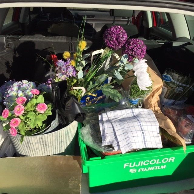 Vi började dagen med att packa bilen med rekvisita, midsommarblomster och midsommarmat.