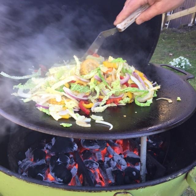Förutom att grilla, så wokade vi grönsaker!