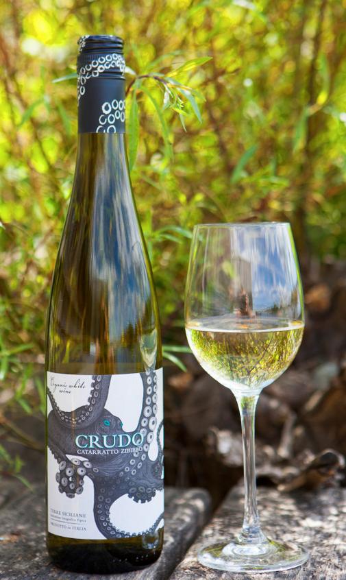 Crudo har en väldigt framträdande doft och smak av fläder. Extra fint till skaldjur eller bläckfisk med t.ec citron och persilja.