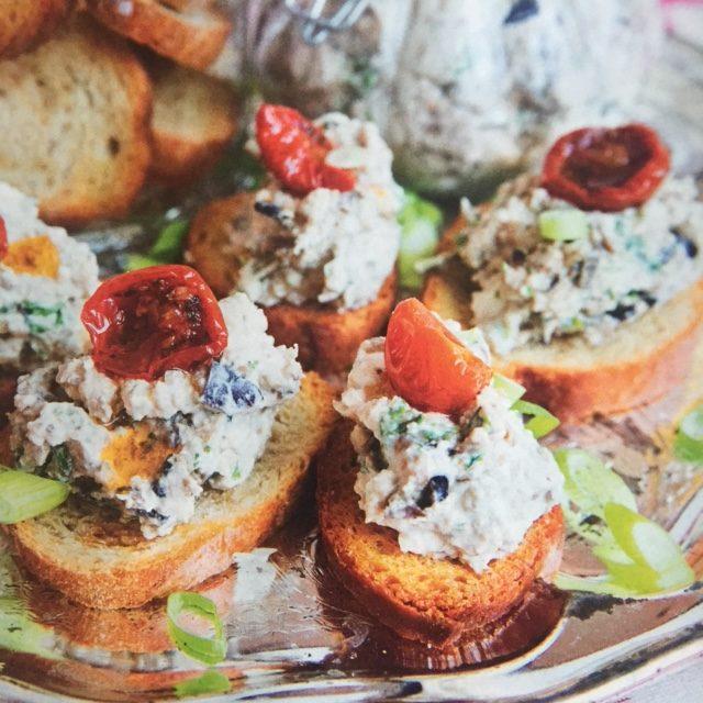 Det här receptet hittar du i nr 11. Krämig aubergineröra på crostini!