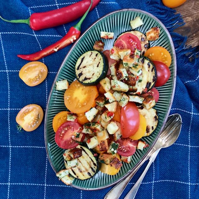 Endast 5 ingredienser och väldigt snabblagad halloumisallad med tomat, dill och chili!