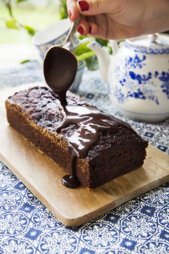 Chokladglasyren är ett måste på denna choklad- och rödbetskaka!